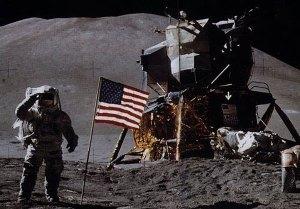 پرچم داخل تصویر برافراشته است اما نه بخاطر وزش ماه در محل فیلمبرداری بلکه به دلیل کم بودن جاذبه و در نتیجه سفت بودن الیاف پارچه در مقابل جاذبه ضعیف ماه