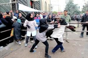 کتککاری در صف سبد کالا - منبع: http://www.seratnews.ir/
