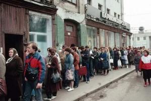 صف خرید کفش تعاونی در شوروی سابق. منبع: www.realussr.com