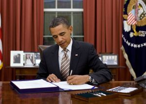 1024px-Obama_signs_FDA_Food_Safety_Modernization_Act_cropped